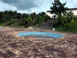Piscina abandonada em centro aquático de Elias Fausto (Foto: Edijan Del Santo/EPTV)