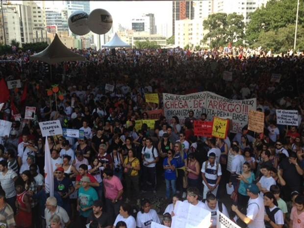 Segundo a PM, cerca de 500 professores se reúnem no vão do Masp em uma manifestação (Foto: Ronet Domingos/ G1)
