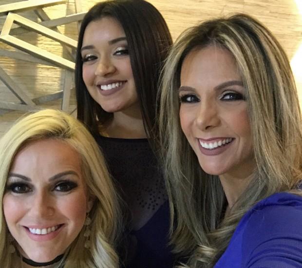 Camilly Victoria e Carla Perez posam ao lado da maquiadora Fabiana Dantas (Foto: Reprodução/Instagram)