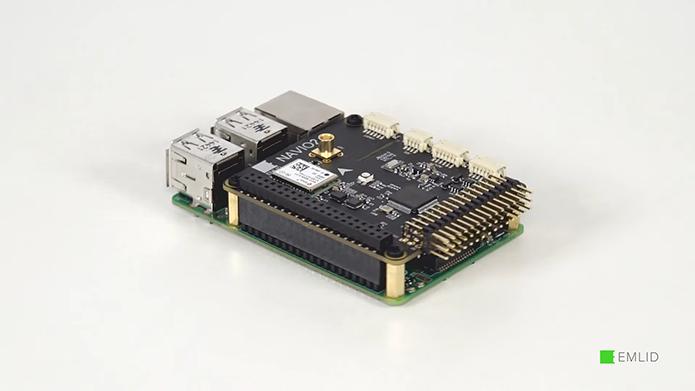 A Navio2 é montada sobre o Raspberry Pi e dá ao computador acesso a recursos fundamentais para um drone (Foto: Divulgação/Emlid)