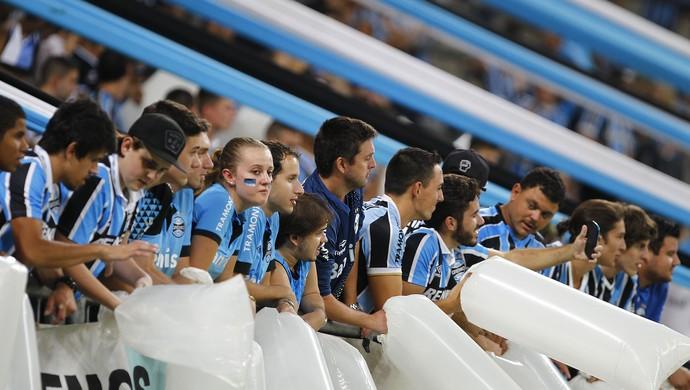 Torcida do Grêmio dtg departamento do torcedor gremista cilindros de plástico barras (Foto: Lucas Uebel/Grêmio)