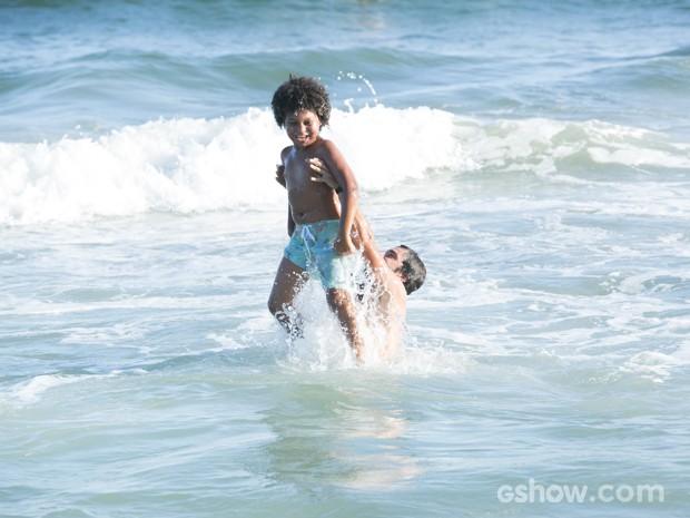 William brinca com Nilson no mar (Foto: Felipe Monteiro/TV Globo)