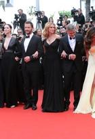 Amal Alamuddin quase mostra demais em première com George Clooney