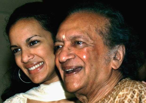 Ravi Shankar e sua filha Anoushka em 2002 (Foto: AP)