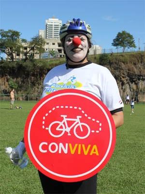 A clown Vanessa Reis quer incentivar convivência entre ciclistas e motoristas   (Foto: Clayton Castelani/ G1)