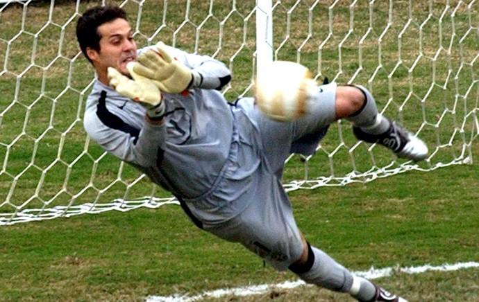 Julio Cesar defesa pênalti Copa América 2004 (Foto: Arquivo AP)