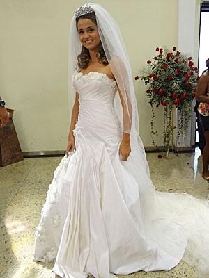 Vestido de tafetá de seda e com flores aplicadas na saia (Foto: Salve Jorge/TV Globo)