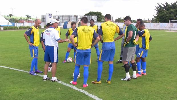 Técnico Paulo Roberto conversa com elenco do Rio Claro (Foto: Assessoria RCFC)
