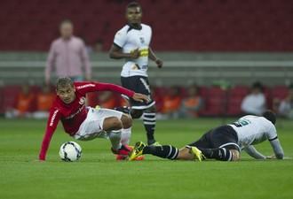 Alan Patrick cai em dividida com jogador do Ceará (Foto: Alexandre Lops/Inter)
