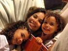 Bia Antony posa com as filhas na Bahia