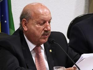 O relator na comissão mista, Luiz Henrique (PMDB-SC), durante leitura do parecer sobre a MP do Código Florestal (Foto: Antonio Augusto/Agência Câmara)