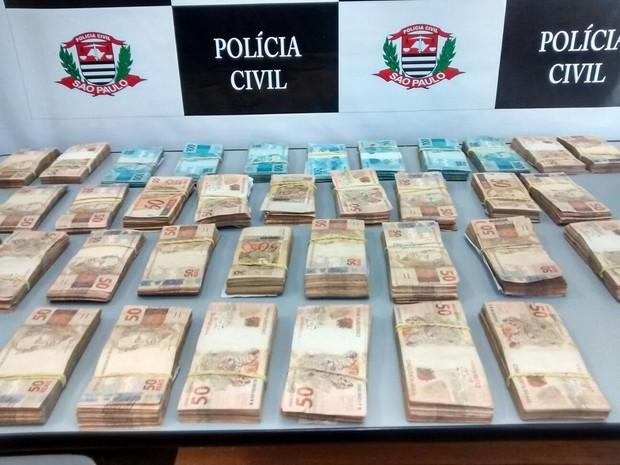 Dinheiro apreendido durante operação 'Alba Branca', em 22 cidades de SP (Foto: Polícia Civil)
