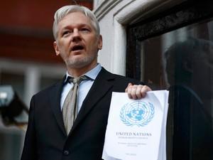 Assange em foto desta sexta-feira (5), quando comissão da ONU proferiu posição favorável a ele  (Foto: Reuters/Peter Nicholls)