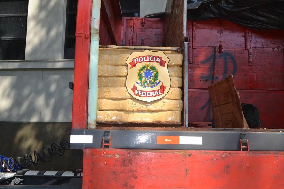Droga estava escondida na caçamba de uma carreta (Foto: Divulgação | Polícia Federal)