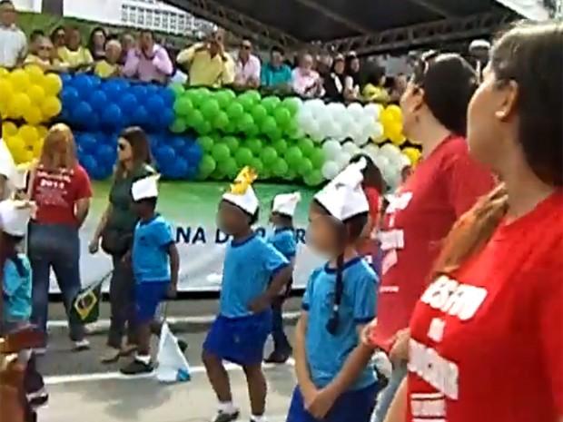 Prefeitos e vereadores vaiam professores por usarem camisa do sepe em desfile (Foto: Jaqueline Motta)