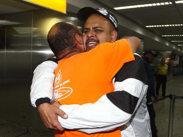 Torcedor do Corinthians se emociona ao voltar da Bolívia após cem dias preso (Foto: Marcos Bezerra/Futura Press/Estadão Conteúdo)
