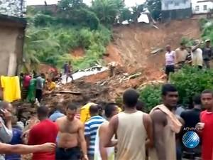 Desabamento de imóvel na San Martin deixa ao menos três mortos (Foto: Reprodução/TV Bahia)