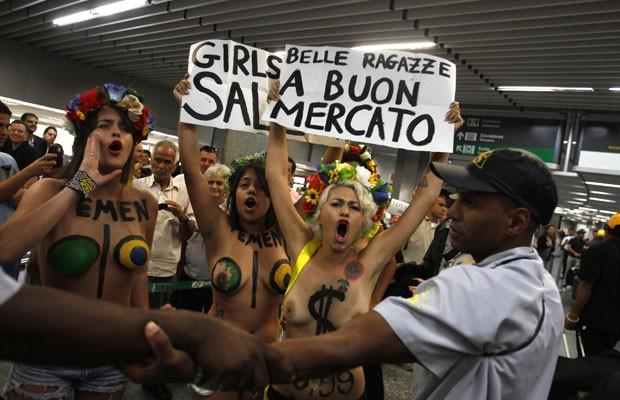 Integrantes do movimento feminista Femen protestam na manhã desta sexta-feira (8) no Aeroporto Internacional do Rio de Janeiro (Foto: Pilar Olivares/Reuters)