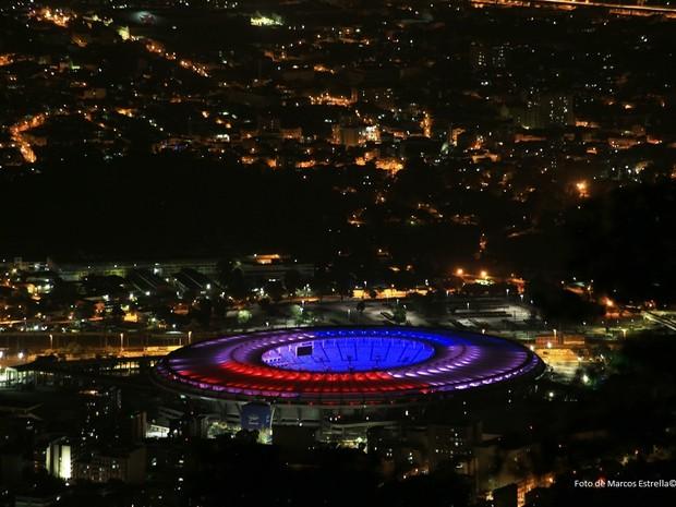 Maracanã também ganhou iluminação com as cores francesas (Foto: Marcos Estrella / Globo)