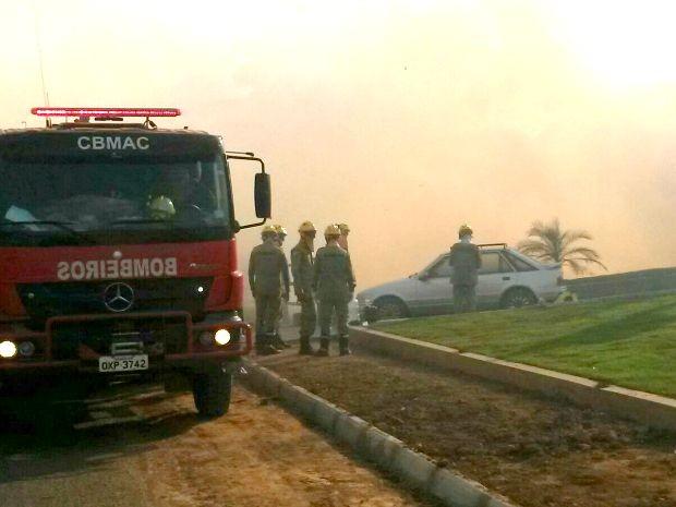 Oitenta bombeiros foram chamados para combater incêndio (Foto: Murilo Lima/G1)