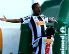 Mancini recebe o prêmio pelo gol mais bonito (Carlos Alberto / Agência Estado)
