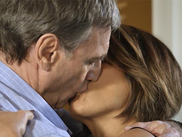 Beatriz é surpereendida com beijão de Otávio (Foto: TV Globo)