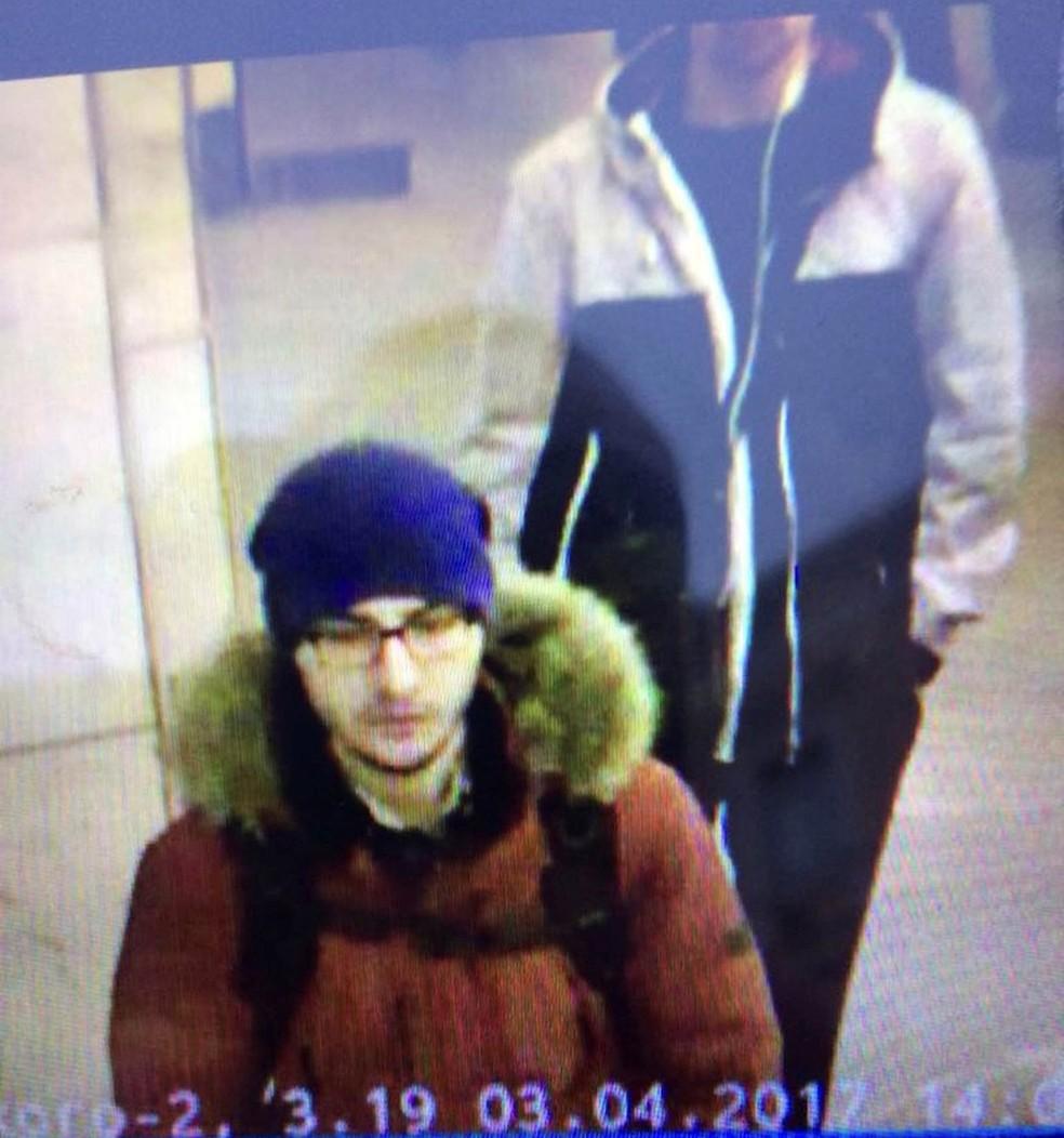 Imagem capturada de um vídeo de segurança e divulgada pela polícia mostra o suspeito Akbarzhon Jalilov caminhando por uma estação de metrô de São Petersburgo antes do ataque a bomba que deixou mortos na cidade russa na segunda-feira (3) (Foto: Reuters/5th Channel Russia)