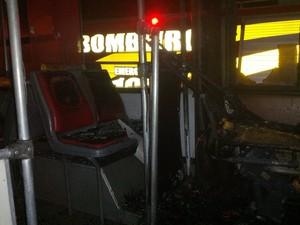 Dois homens atearam fogo em um ônibus em Itajaí na madrugada (Foto: Corpo de Bombeiros Militar/Divulgação)