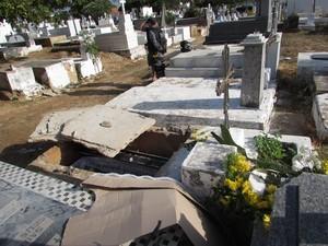 Polícia Militar e perícia estiveram no cemitério apurando o crime (Foto: Renato Farias / Portal PHB em Nota)