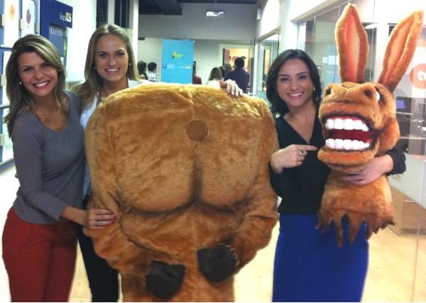 As apresentadoras Mariana Paniz, Emilim Schmitz e Sonia Campos com a mula-sem-cabeça (Foto: Pedro Paulo Moreira/RBS TV)