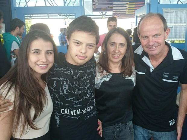 Irmã Natália, Renan, a mãe Sandra e o pai Sílvio: felizes com a vitória do estudante (Foto: Marcos Lavezo/G1)