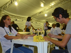 Aprovado no cargo de assistente administrativo, Daniel Lira, assina termo de posse (Foto: Natacha Portal/G1)