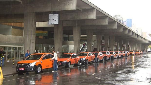 Paraná TV destaca crescimento do número de multas a motoristas de táxi (Foto:  Reprodução/RPC)