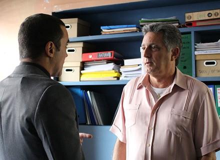 Jorge se desespera ao ver prova de que o carro dele atropelou Ciça