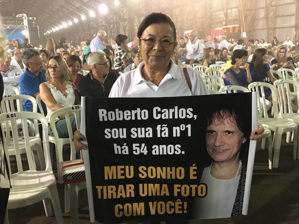 Josefa da Costa, de Pirapozinho, se considera a fã número 1 (Foto: Heloise Hamada/G1)