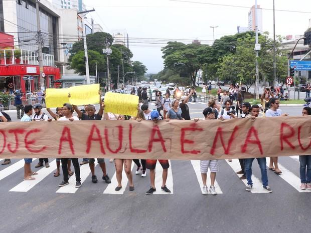 Estudantes fecham as ruas Teodoro Sampaio e Henrique Schaumann nesta quarta (2) em SP (Foto: Marcelo S. Camargo/Framephoto/Estadão Conteúdo)