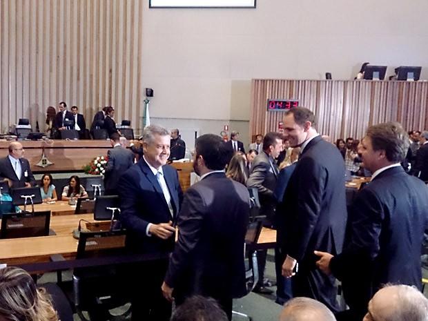 Rollemberg cumprimenta secretarios de Estado antes de discursar na primeira sessao ordinaria da Câmara Legislativa (Foto: Mateus Rodrigues/G1)