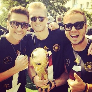 Özil, Schürrle e Götze comemoram com a taça (Foto: Reprodução)