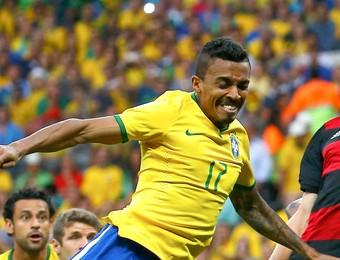Klose e Luiz Gustavo Brasil e Alemanha Mineirão (Foto: Agência Reuters)