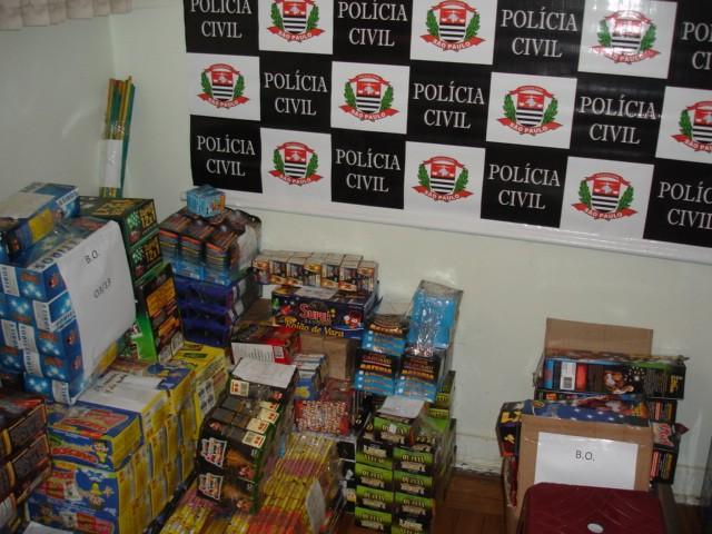 Mais de 4 mil caixas de fogos de artifício foram apreendidas  (Foto: Divulgação/ Polícia Civil)