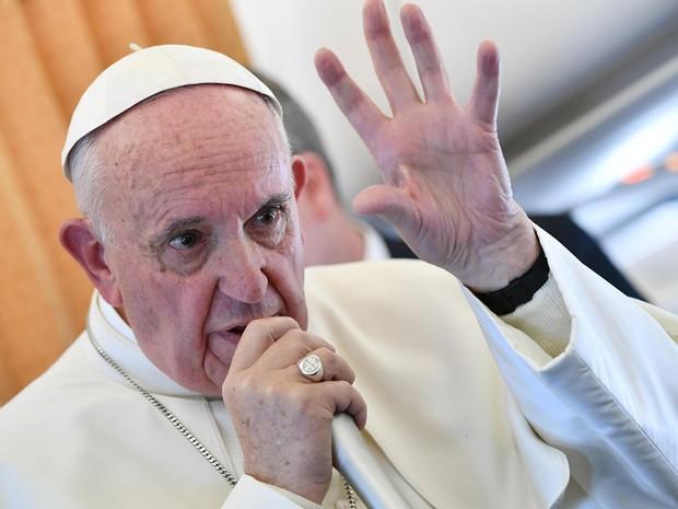 Papa Francisco conversa com jornalistas em voo de volta para Roma, na terça-feira (1º) (Foto: Ettore Ferrari/ Reuters)