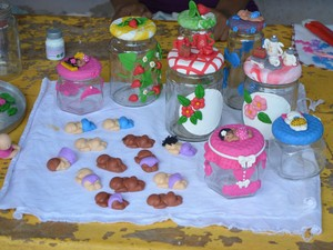 Mulheres utilizam criatividade para dar forma a peças que podem servir como objetos de decoração (Foto: Rogério Aderbal/G1)