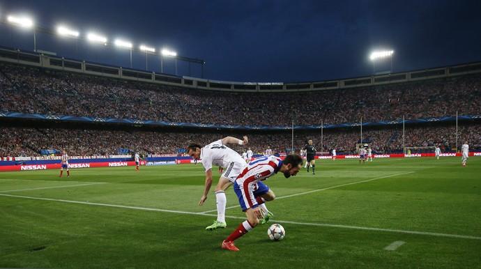 Bale Juanfran Atlético de Madrid x Real Madrid Vicente Calderón torcida (Foto: Juan Medina/Reuters)