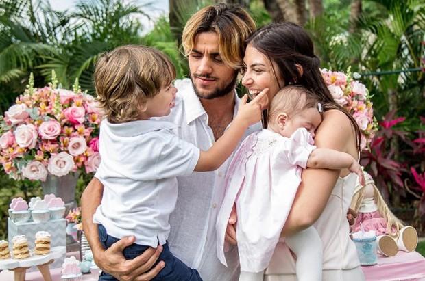 Mariana Uhlmann e Felipe Simas com os filhos (Foto: Reprodução/Instagram)