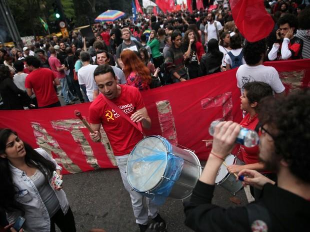 Grupo faz batucada em ato contra o governo Temer em São Paulo neste domingo (Foto: Fábio Tito/G1)