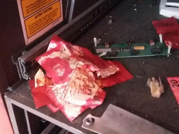Notas ficara inutilizadas após explosão de caixa na PE-60, no Cabo (Foto: Danilo César/TV Globo)