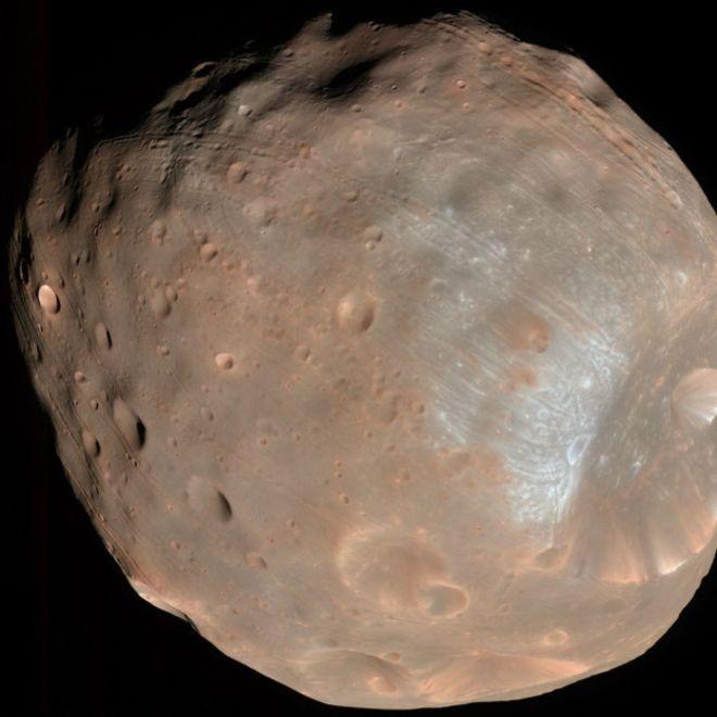 Phobos é um acumulado de de escombros que ficam unidos devido a uma capa externa de material mais sólido (Foto: Nasa via BBC)
