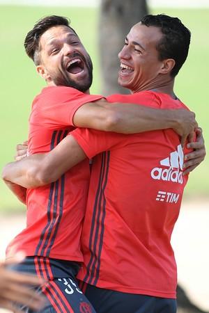 Diego e Damião deram um forte abraço nesta quinta-feira (Foto: Gilvan de Souza/Flamengo)