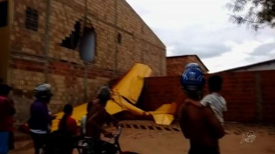 Mãe relata susto após avião cair e atingir casa: 'parede sobre minha filha'