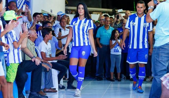 Afonso apresenta o uniforme número 1 do CSA para a temporada 2015 (Foto: Felipe Brasil/ Gazeta de Alagoas)